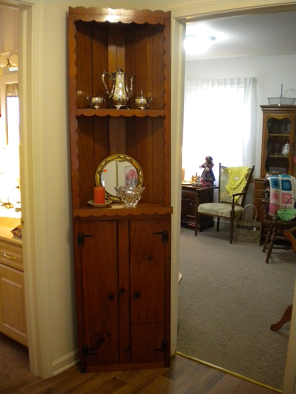Second- hand Corner display case for sale